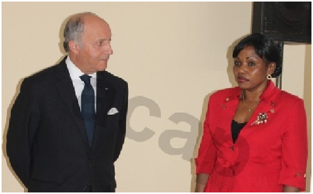 Laurent Fabius et la chef de la diplomatie centrafricaine à Bangui, le 13 octobre 2013(crédit:http://www.acap-cf.info)
