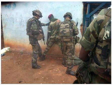 Désarmement d'un élément de l'ex-Seleka par les forces françaises à Bangui