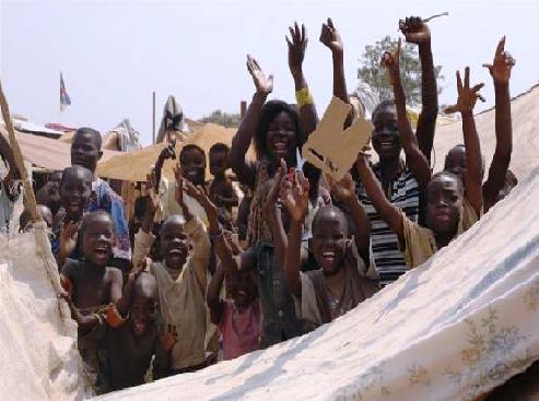 Les deplacés aux abords de l'aeroport Bangui Mpoko à           Bangui manifestant leur joie après la démission de Michel Djotodia camp de l'aéroport de Bangui MPoko