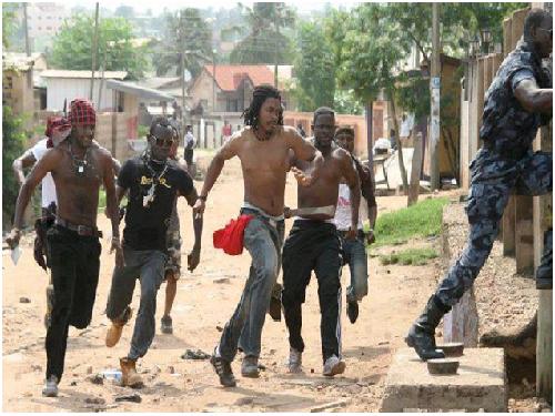 Des jeunes pourchanssant un élement de la Seleka dans le quartier de Boyerabe à Bangui