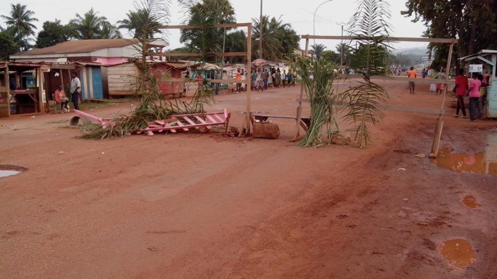 Baricade érigée par les jeune dans un quartier de Bangui(Credit Photo: Chris Can)